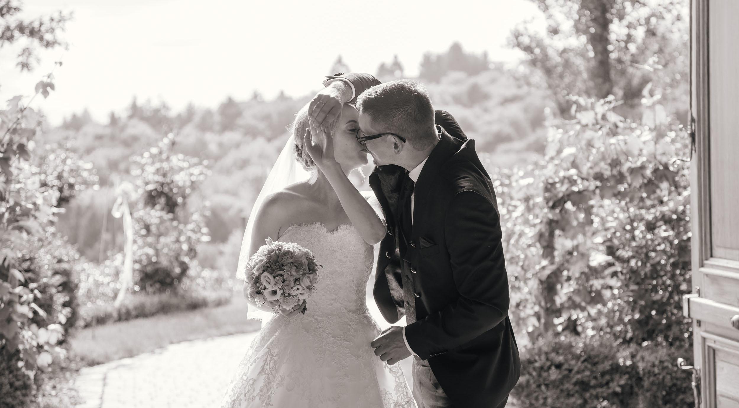 Christine & Robert - Hochzeit im Weinschloss - Tanz mit Kuss