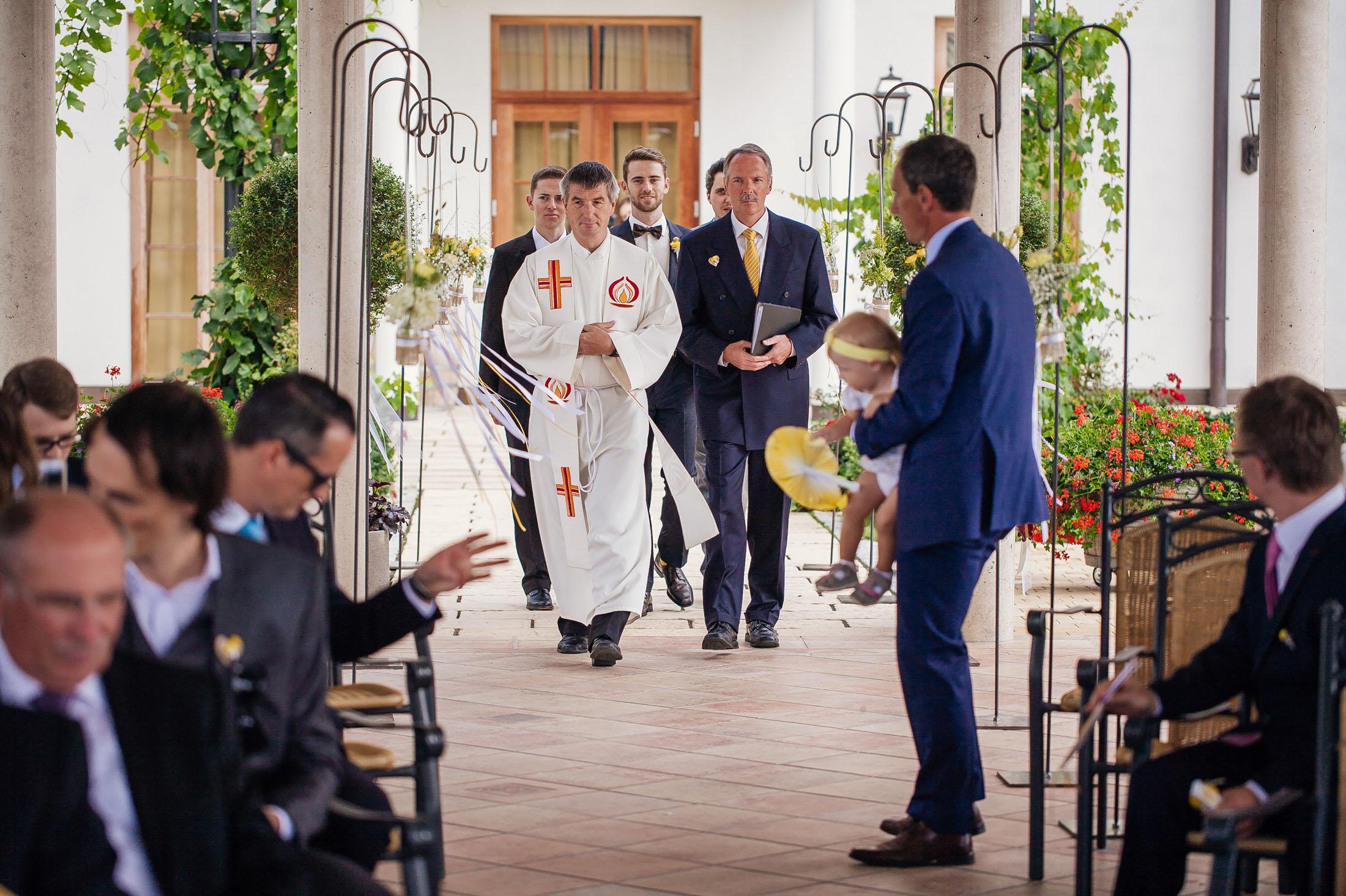 Hochzeit Karina & Johannes Bräutigam geht nach vor im Weinschloss Thaller