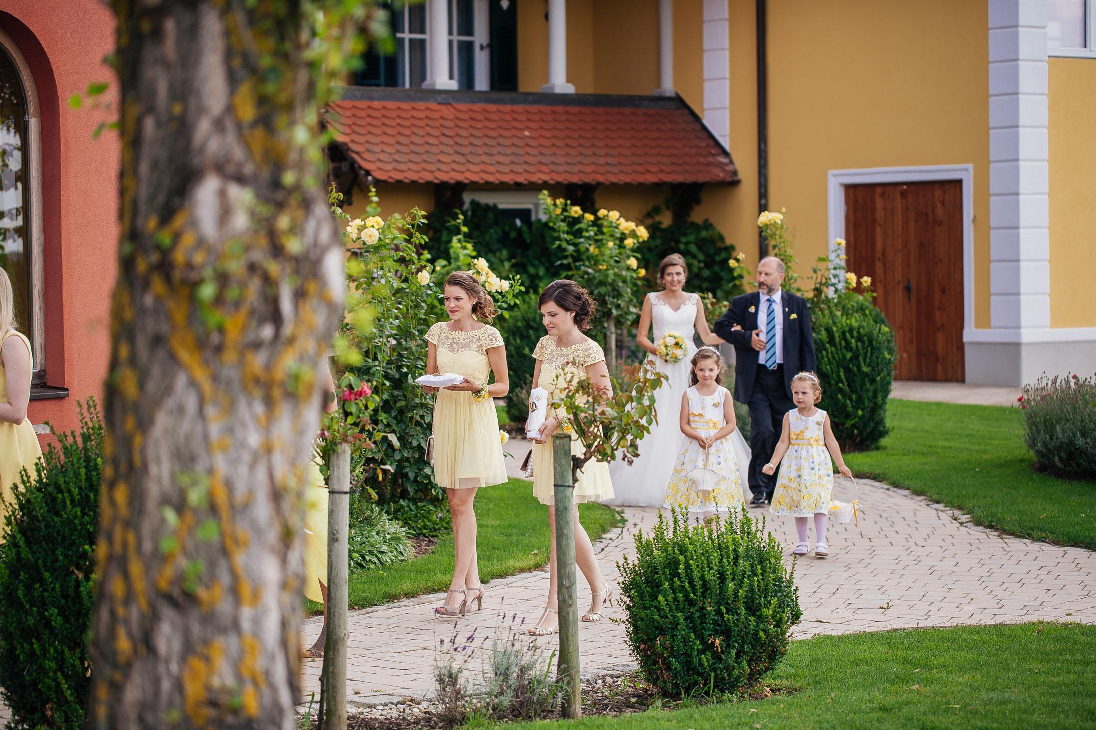 Hochzeit Karina & Johannes Braut mit Vater im Weinschloss Thaller