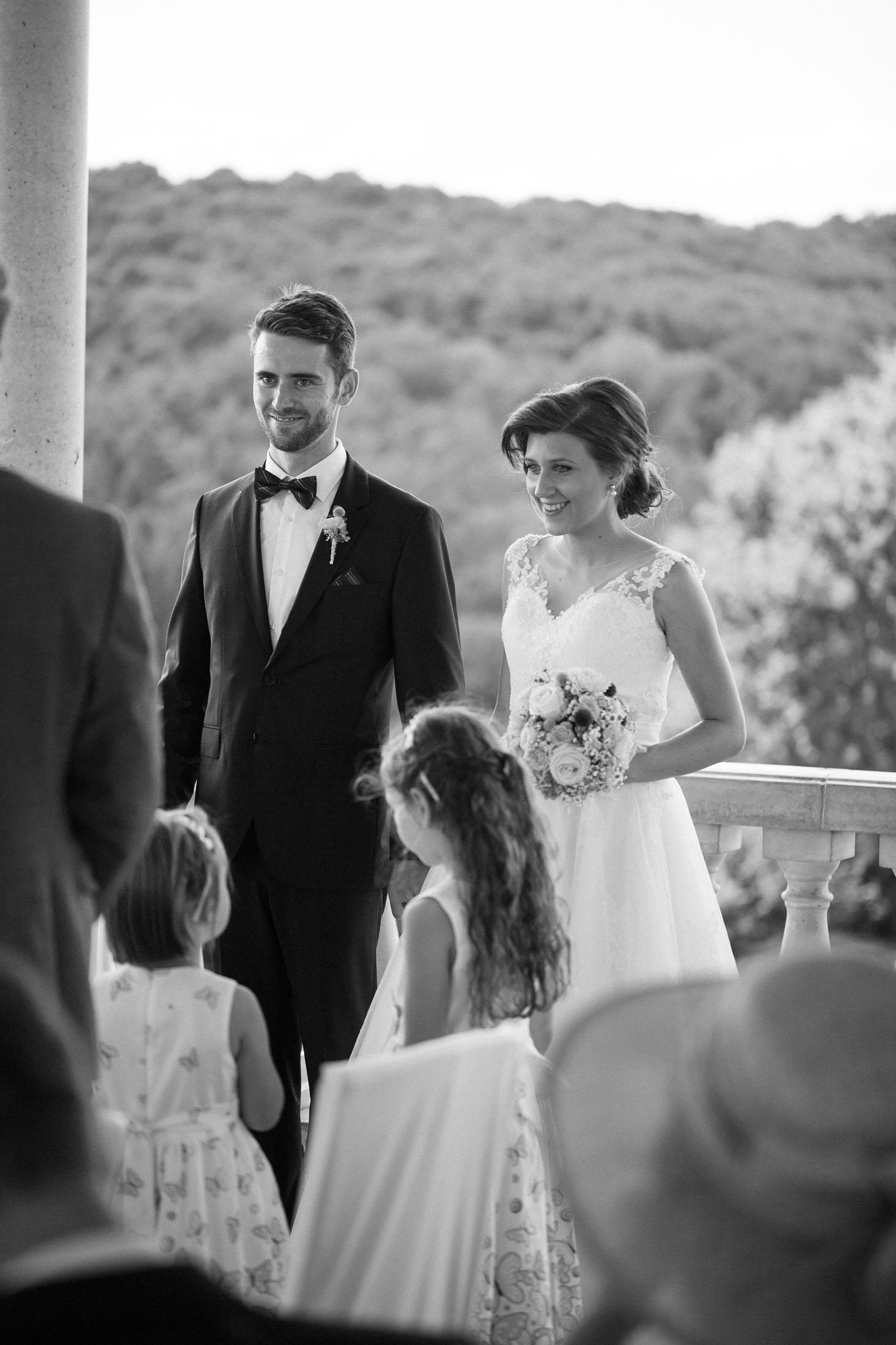 Hochzeit Karina & Johannes vor Altar schwarz-weiss im Weinschloss Thaller