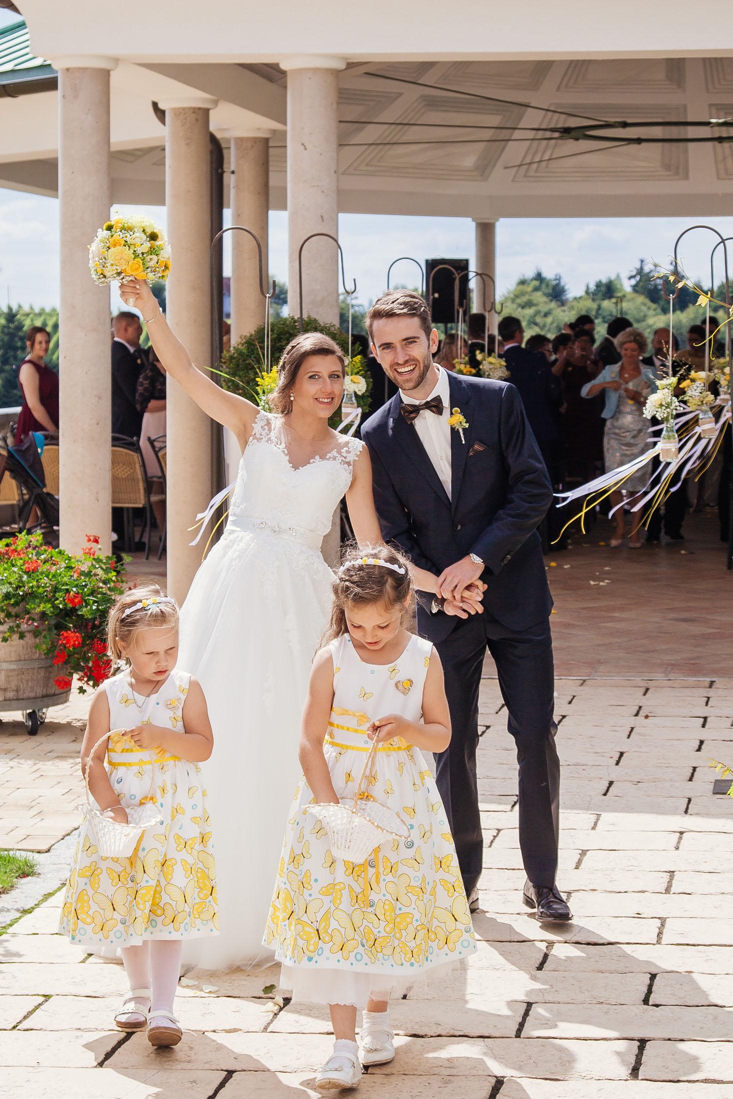Hochzeit Karina & Johannes mit Blumenmädchen im Weinschloss Thaller
