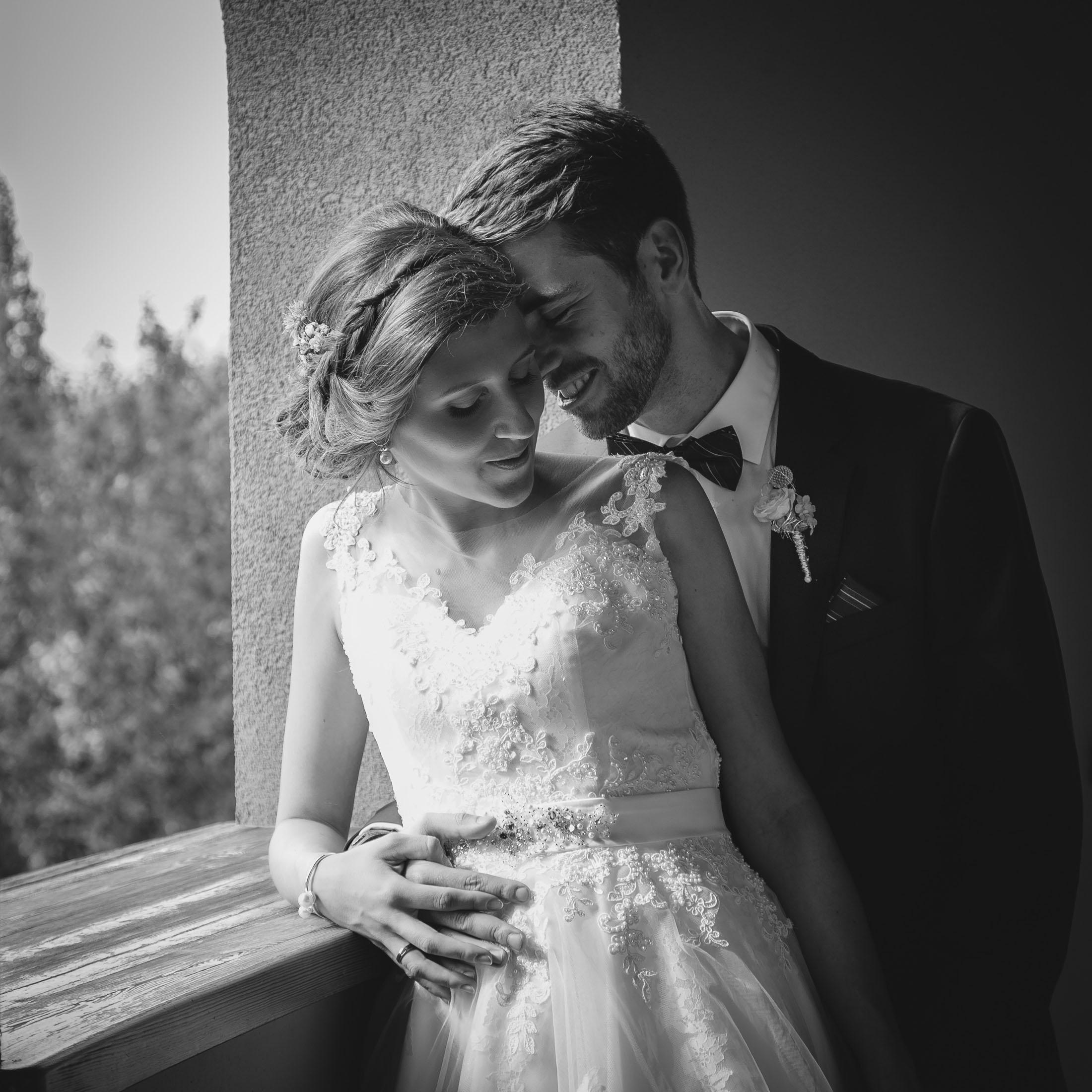 Hochzeit Karina & Johannes Umarmung schwarz-weiss im Weinschloss Thaller