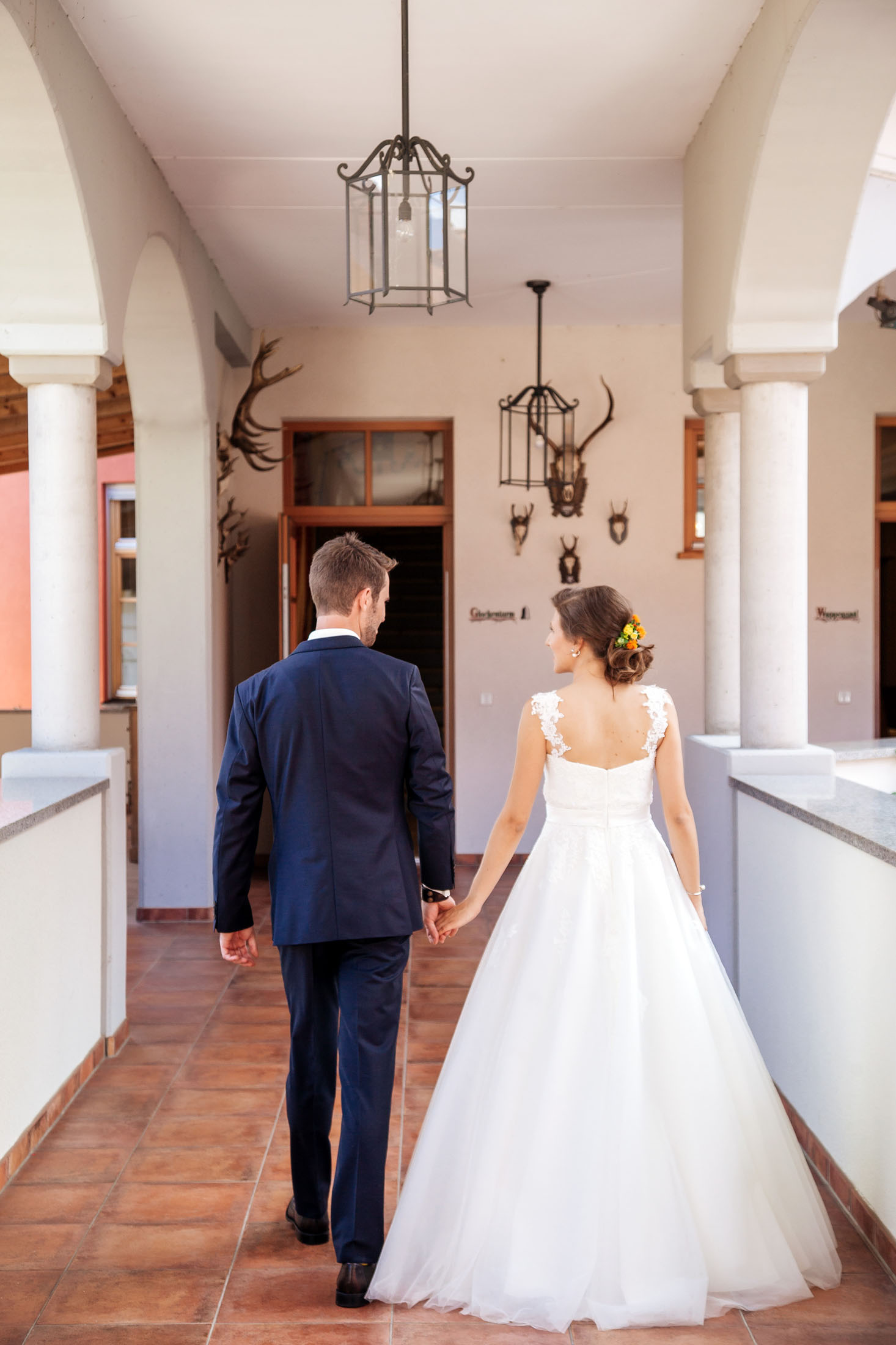 Hochzeit Karina & Johannes Hochzeitspaar von Hinten im Weinschloss Thaller