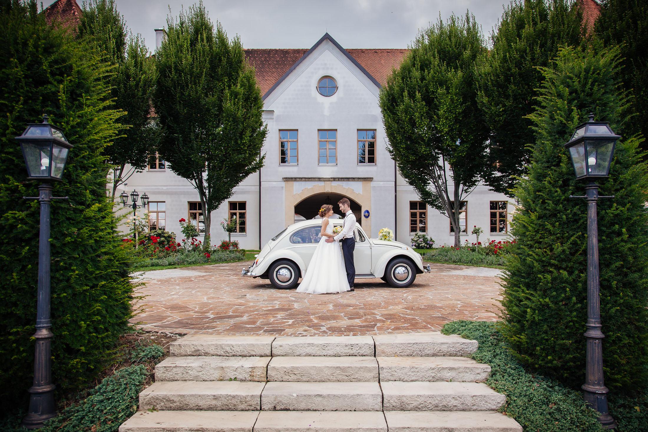 Hochzeit-Fotografie Karina & Johannes vor VW Käfer im Weinschloss Thaller