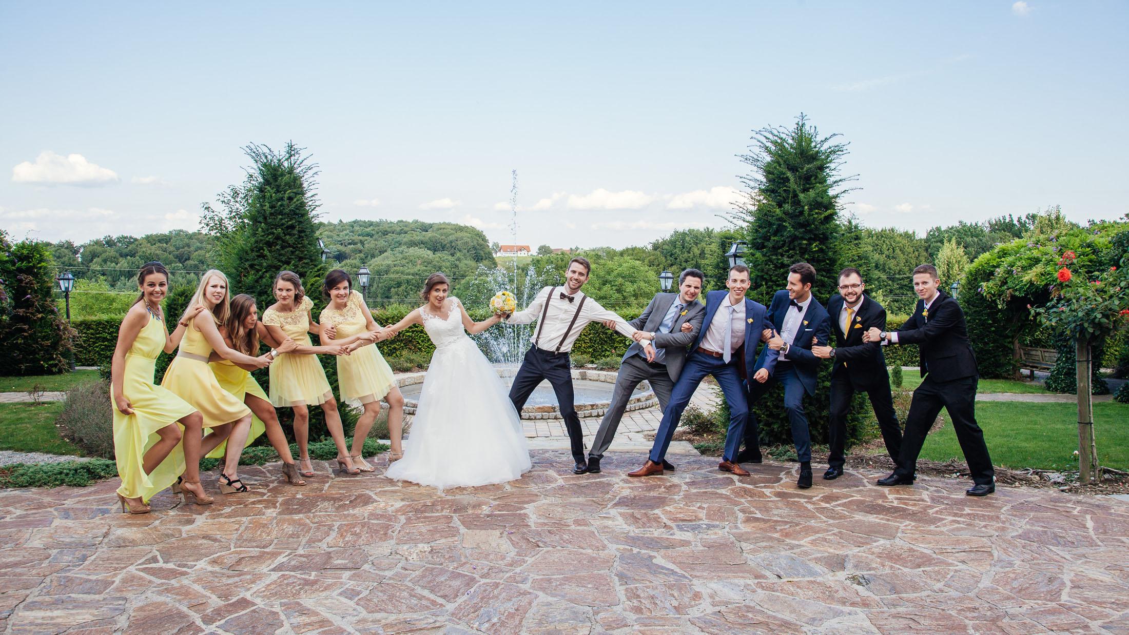 Hochzeit Karina & Johannes Gruppenfoto Seilziehen im Weinschloss Thaller