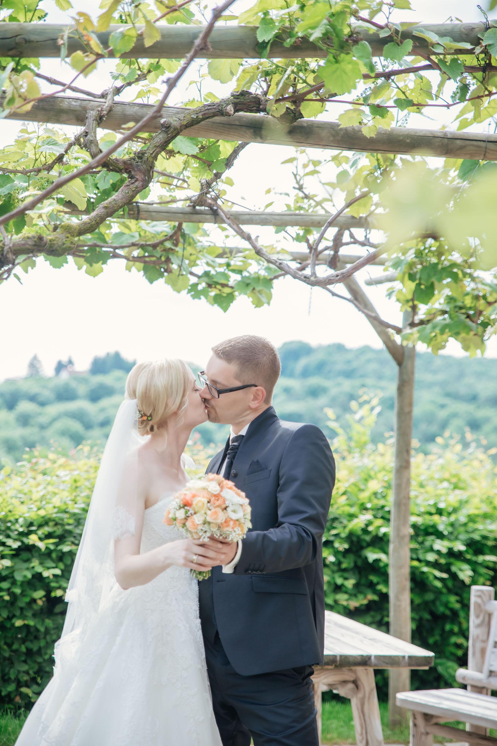 Christine & Robert - Kuss unter Weinlaube