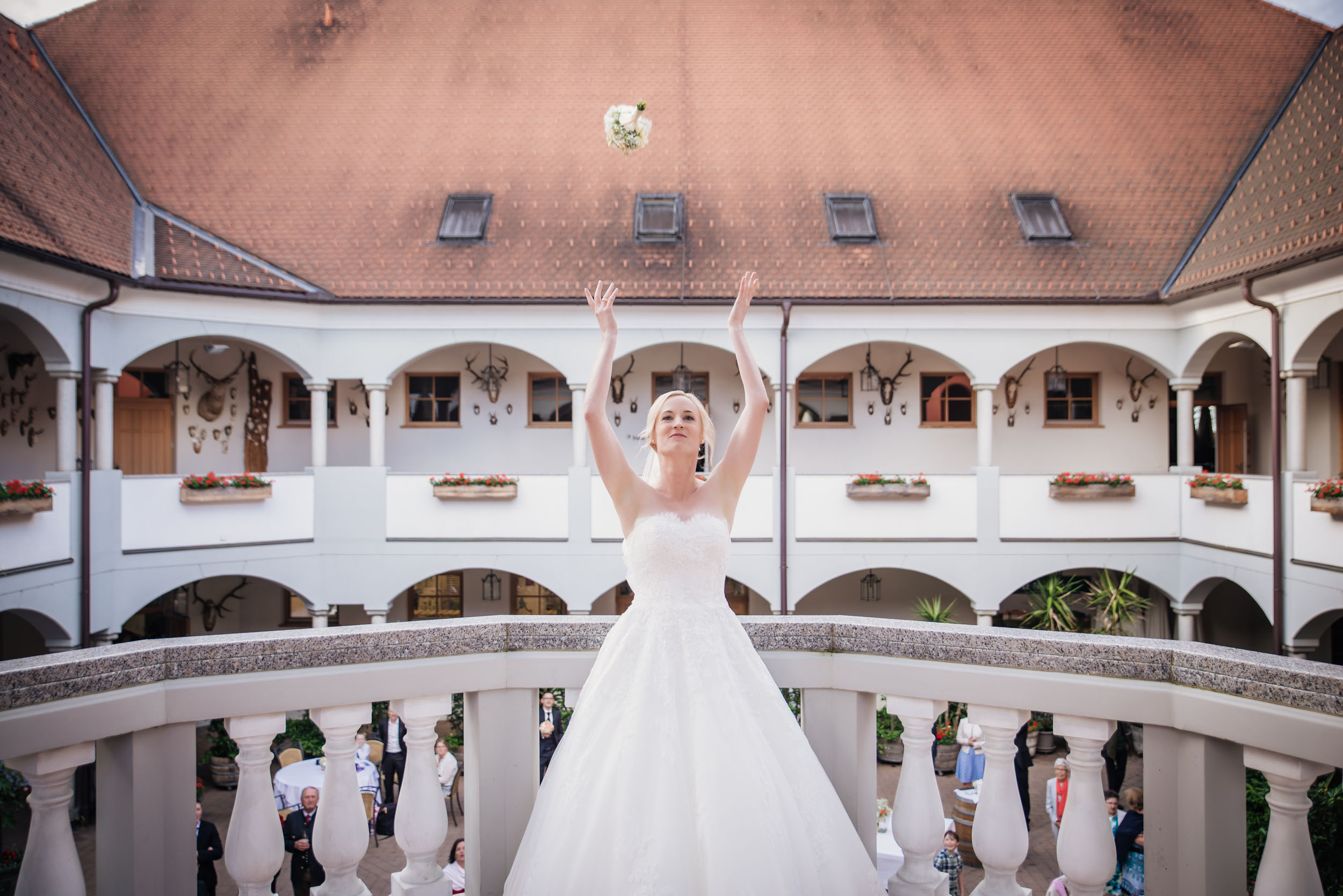 Christine & Robert - Hochzeit im Weinschloss - Brautstrauß werfen